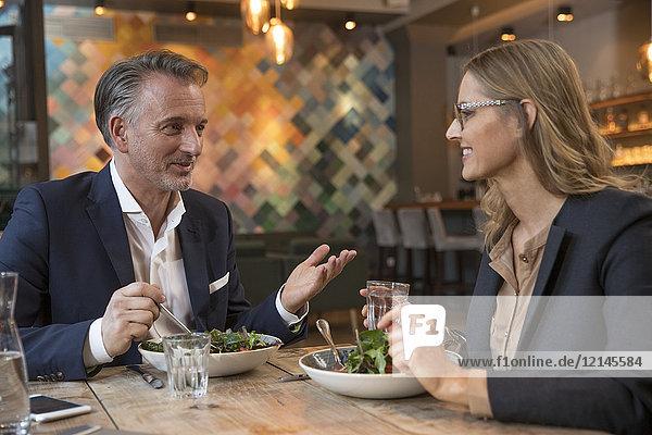 Zwei Geschäftsleute beim Mittagessen in einem Restaurant