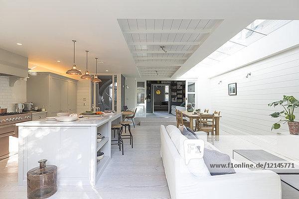 Luxuriöse Wohnküche und Wohnzimmer