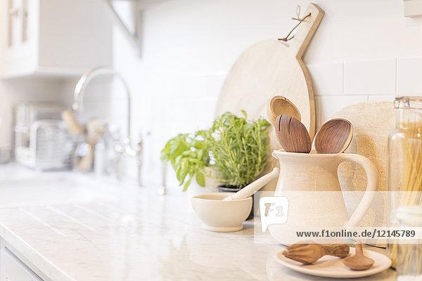 Stilleben Holzlöffel im Krug auf der Küchentheke