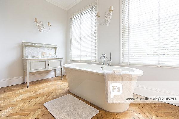 Weißes, luxuriöses Innenbad mit Einweichwanne und Parkettboden