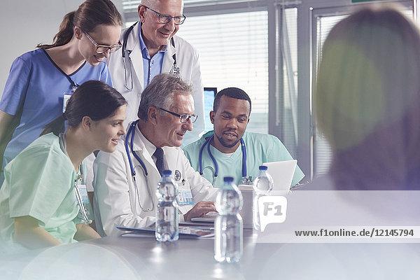 Treffen von Chirurgen, Ärzten und Krankenschwestern mit dem Laptop im Krankenhaus