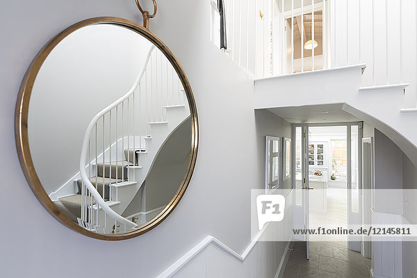 Spiegelung der Foyertreppe im runden Spiegel
