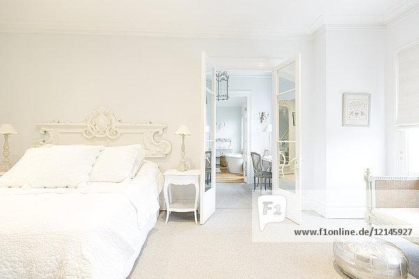 Weißes, luxuriöses Wohnvitrinen-Innenschlafzimmer
