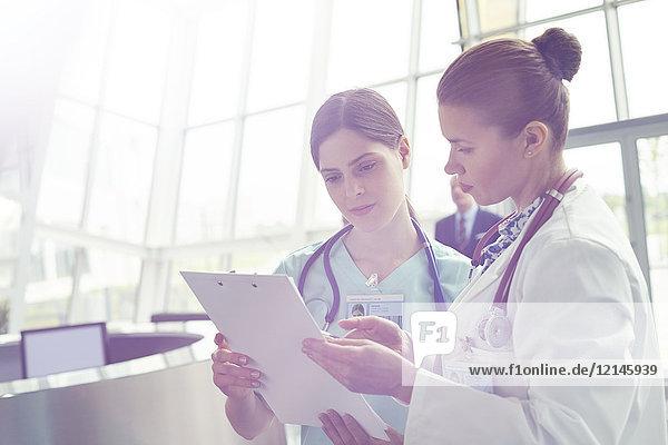 Beratung von Ärztinnen und Krankenschwestern, Überprüfung der Krankengeschichte in der Zwischenablage im Krankenhaus