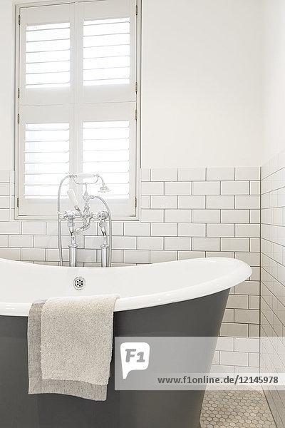 Luxus-Vitrine mit Badewanne in weißem Bad
