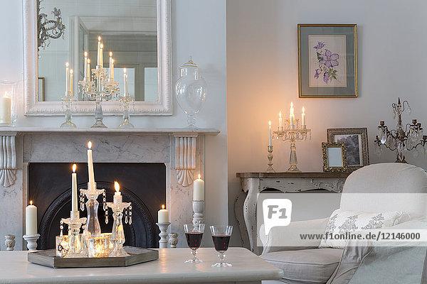 Candlelit Luxus-Haus Vitrine Wohnzimmer mit Kamin