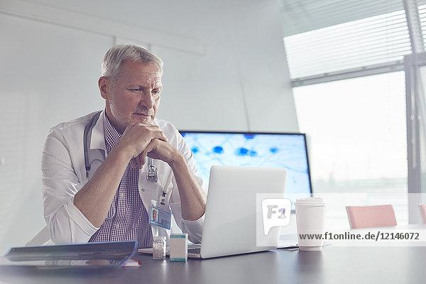 Medizinischer Wissenschaftler arbeitet am Laptop im Konferenzraum des Krankenhauses