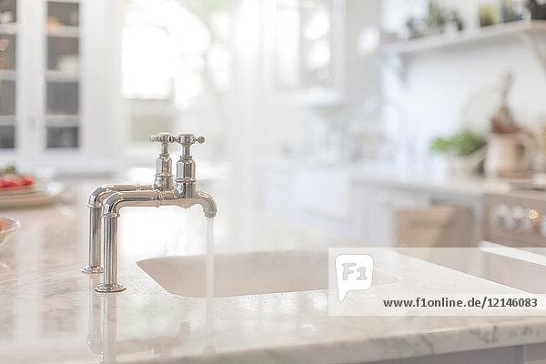 Wasser aus dem Wasserhahn in der Küchenspüle