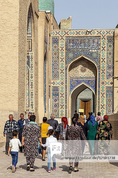Uzbek Visitors To The Shah-i-Zinda Mausoleum Complex  Samarkand  Uzbekistan.