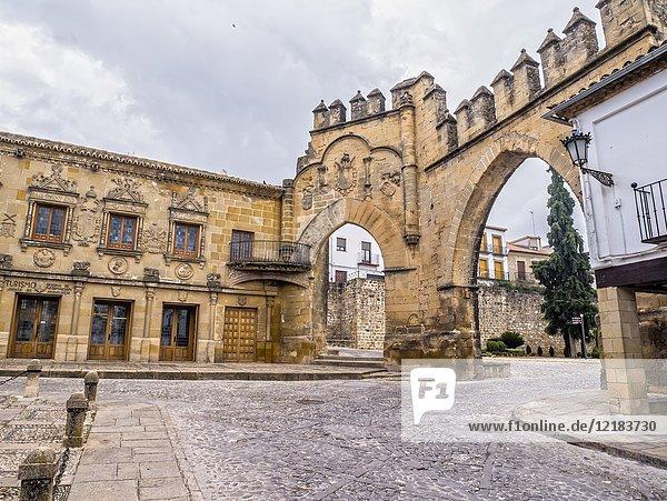 Plaza del Pópulo con la Puerta de Jaén y el Arco de Villalar. Baeza. Jaén. Andalusia. Spain.