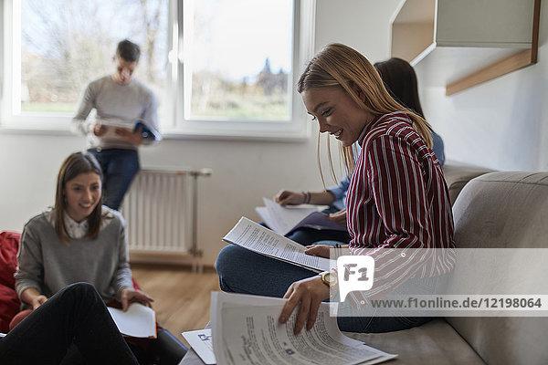 Gruppe von Studenten im Wohnheim lernen zusammen