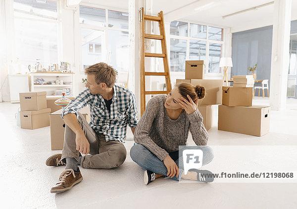 Paar zieht in ein neues Zuhause ein und macht eine Pause