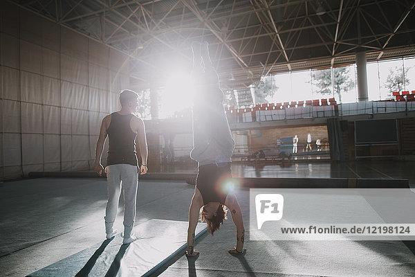 Zwei Männer trainieren im Fitnessstudio