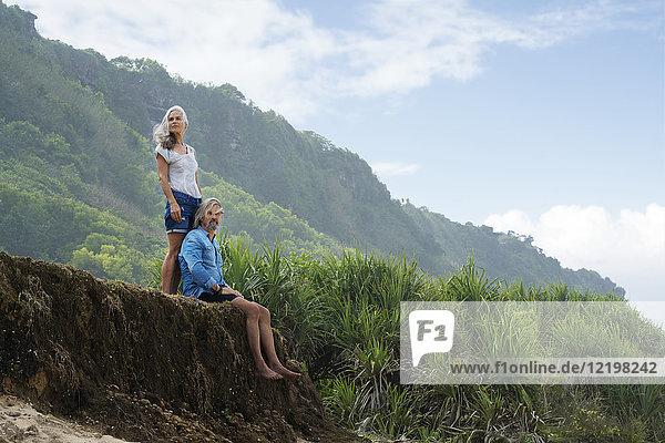 Hübsches Seniorenpaar in schöner  üppiger Landschaft