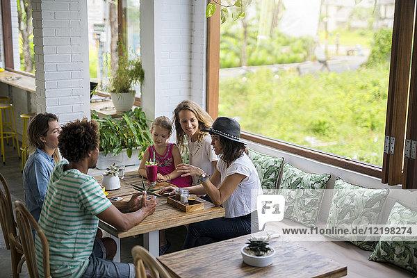 Freunde mit Kindern im gemütlichen Café
