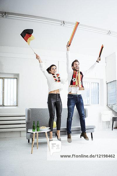 Aufgeregte deutsche Fußballfans jubeln