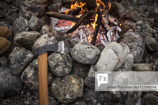 Axt und Lagerfeuer mit Steinen