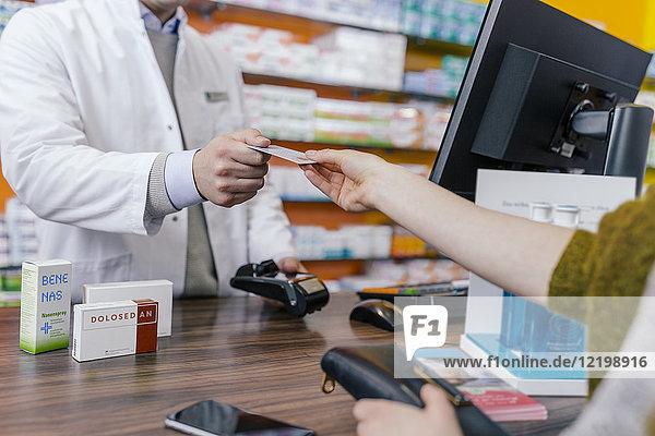 Kunde bezahlt bargeldlos in der Apotheke