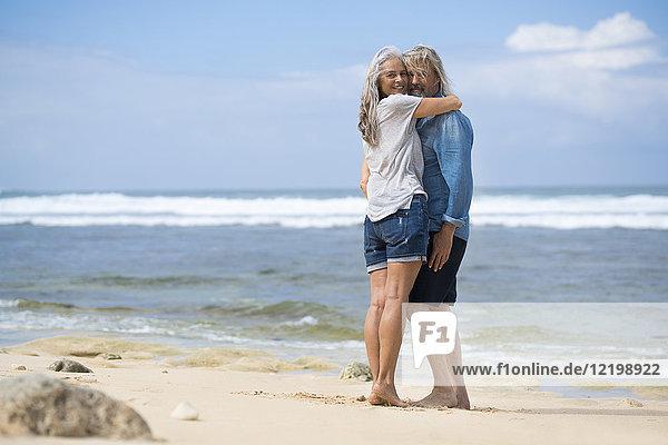 Liebespaar am Strand stehend