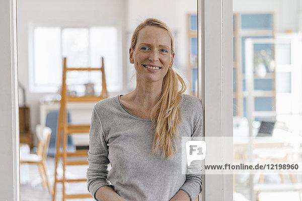 Porträt einer lächelnden Frau im Loft
