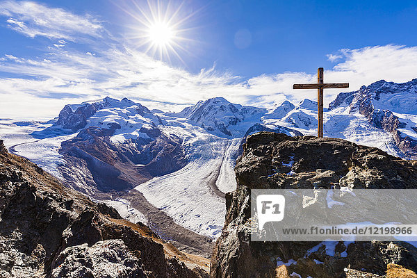 Schweiz  Wallis  Zermatt  Monte Rosa  Monte Rosa Massiv  Monte Rosa Gletscher  Grenzgletscher  Gornergletscher  Blick vom Gornergrat  Gipfelkreuz gegen die Sonne