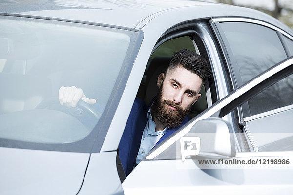 Junger Mann parkt sein Auto