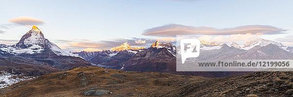 Schweiz  Wallis  Zermatt  Matterhorn  Alphubel  Allalinhorn und Rimpfischhorn am Morgen