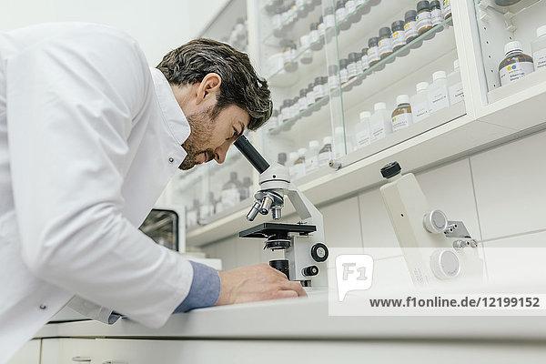 Der Mensch mit dem Mikroskop im Labor