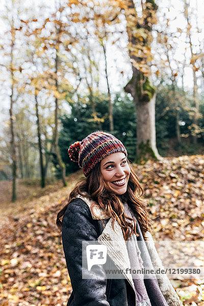 Porträt einer schönen glücklichen Frau im Herbstwald