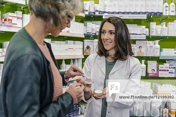 Kunden testen Kosmetika in der Apotheke