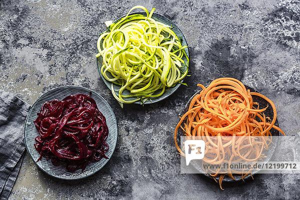 Schale mit Zoodles und Schalen mit Karotten- und Rote-Beete-Spaghetti