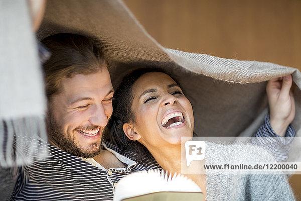 Porträt eines lachenden jungen Paares zu Hause