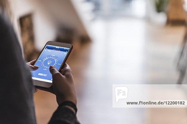 Smartphone mit Smart Home Control Funktionen in den Händen