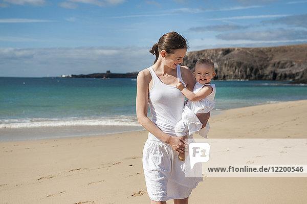 Mutter mit kleiner Tochter am Strand