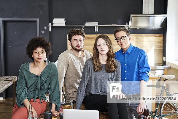 Porträt der selbstbewussten Mitarbeiter im Büro
