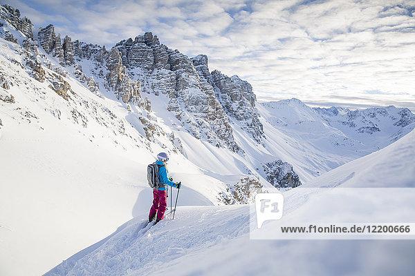 Österreich  Tirol  Kalkkoegel  Axamer Lizum  Freeride-Skifahrer mit Blick ins Tal