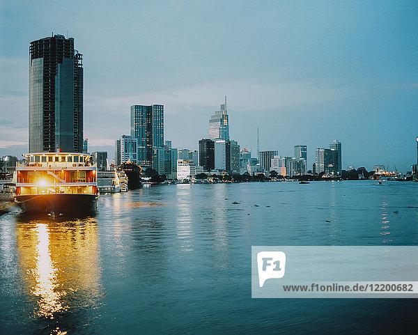 Vietnam  Ho-Chi-Minh-Stadt  Skyline zur blauen Stunde