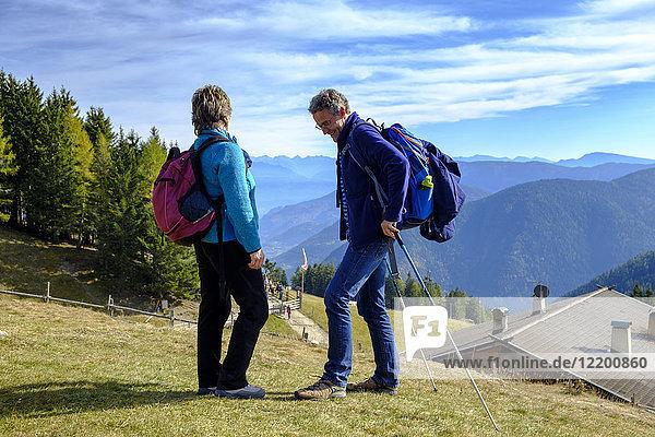 Italien  Südtirol  Überetsch-Unterland  Wanderer am Vigiljoch