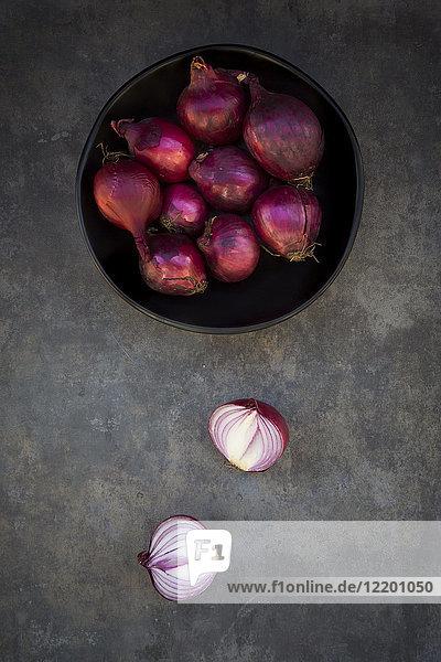 Schale mit roten Zwiebeln