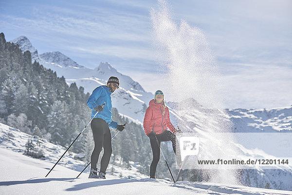 Österreich  Tirol  Lüsens  Sellrain  zwei Langläufer in verschneiter Landschaft
