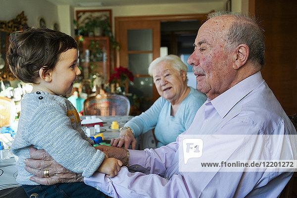 Urgroßeltern beim Spielen mit dem Mädchen zu Hause