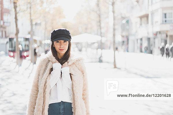Porträt einer stilvollen jungen Frau in der Stadt