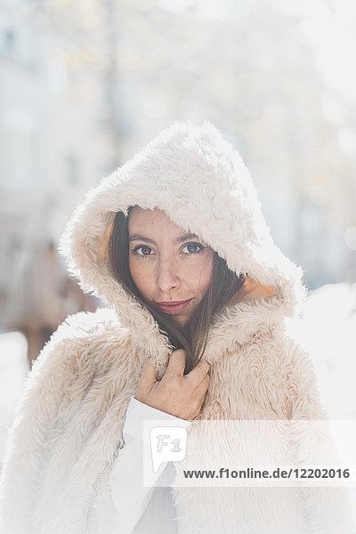 Porträt einer jungen Frau mit Kapuzenfelljacke
