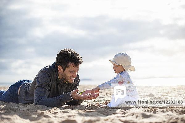 Spanien  Lanzarote  Vater spielt mit Mädchen am Strand