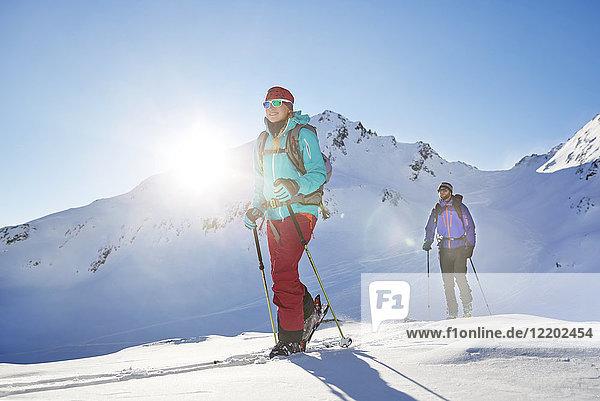 Österreich  Tirol  Kuehtai  Freeride-Skifahrer auf einer Skitour