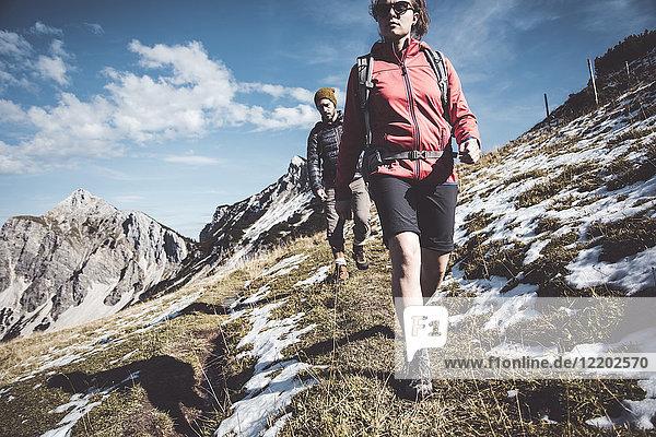 Österreich  Tirol  junges Paar Wandern in den Bergen