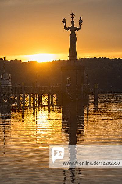 Deutschland  Konstanz  Imperia bei Sonnenaufgang