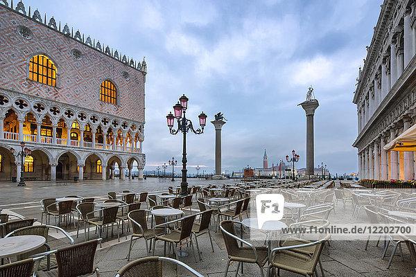 Italien  Veneto  Venedig  Markusplatz und Dogenpalast am Vormittag