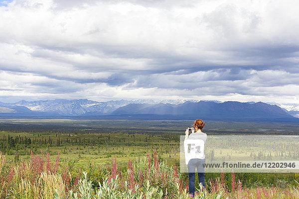 USA  Alaska  Denali Highway  junge Frau fotografiert Landschaft