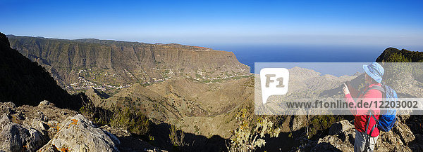 Spanien  Kanarische Inseln  La Gomera  Hermigua  Blick von Enchereda  weibliche Wandererin